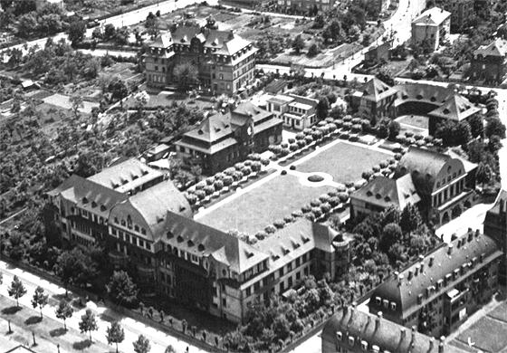Luftaufnahme: Krankenhauskomplex der Israelitischen Gemeinde (Gagernstr. 36, rechts) und Schwesternhaus (Bornheimer Landstr. 85, oben) in Frankfurt am Main, um 1930.