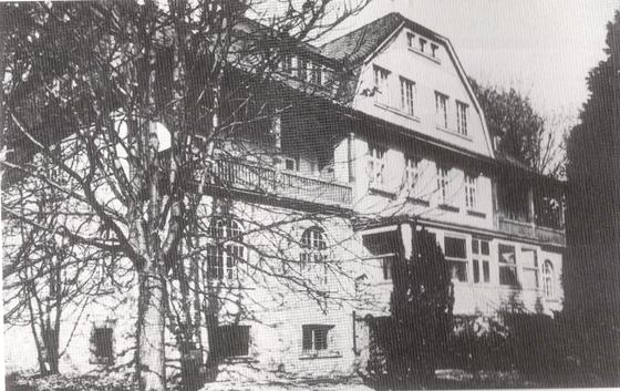 Fotografie: Jüdisches Genesungsheim der Kann-Stiftung / Vorderansicht im Jahr 1955.