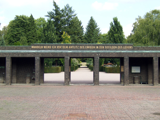 Photography: Jewish cemetery, Eckenheimer Landstrasse, Passage from the entrance area to the cemetery.