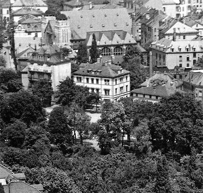 Fotografie: Friedberger Anglage 1 (Mitte, Ostendsynagoge im Hintergrund), Wohnhaus von Arthur May und Rege Seligstein.