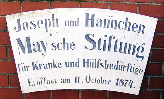 Fotografie: Namensschild des Joseph und Hannchen May'schen Spitals in Rödelheim.