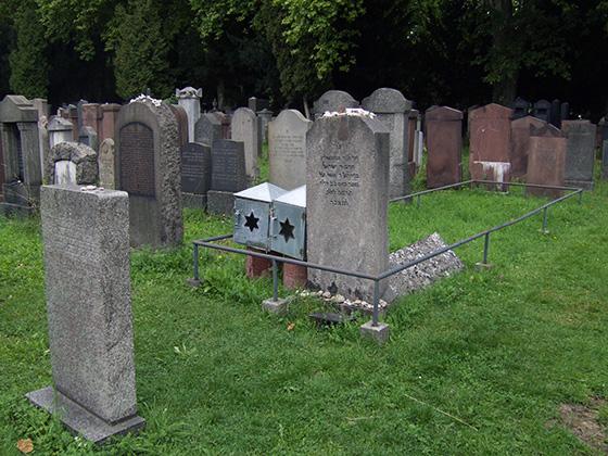 """Fotografie: Grab des Stoliner Rabbis, genannt """"der Frankfurter"""", auf dem Jüdischen Friedhof in der Rat Beil Straße in Frankfurt am Main."""
