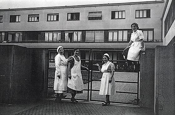 Fotografie: Israelitisches Altersheim und Krankenhaus Mannheim / Krankenschwestern vor dem Collinibau.
