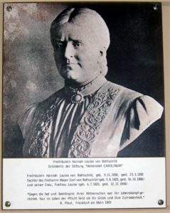 Fotografie, Büste: Hannah Louise von Rothschild, Stifterin des 'Carolinum'.